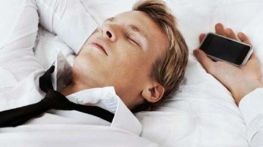 Inilah Efek Ketika Tidur Dengan Smartphone Di Dekat Kamu!